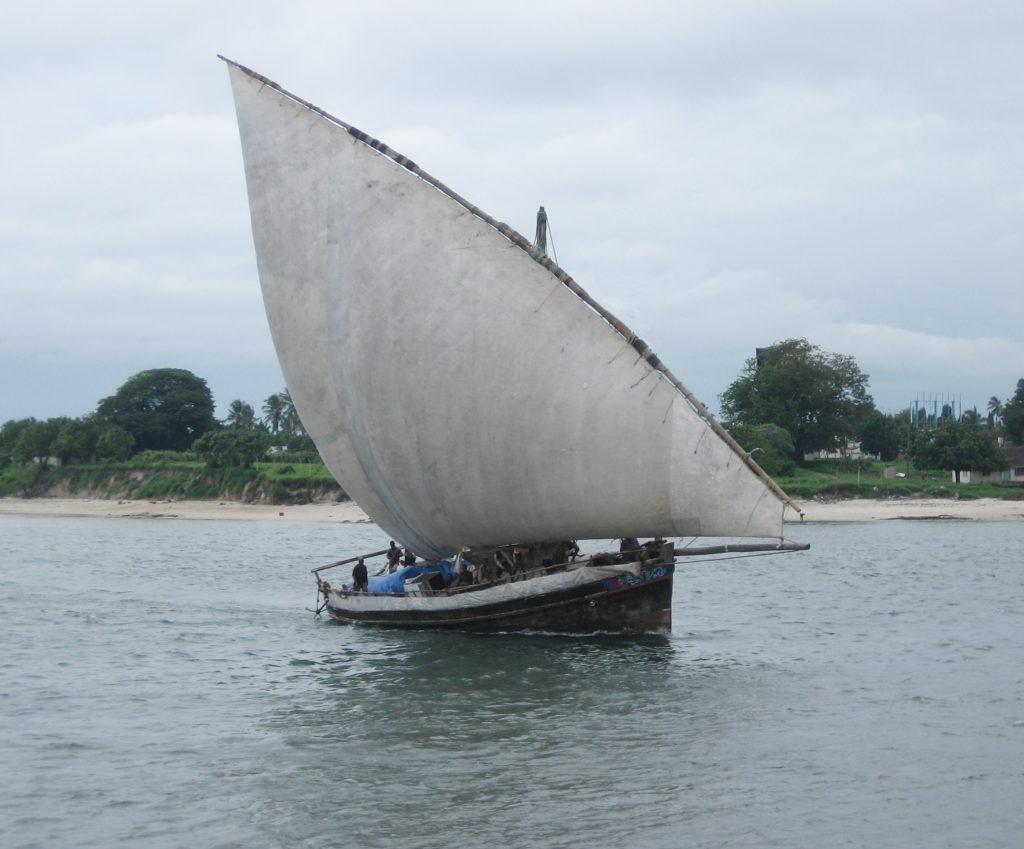 Afb: een Jahazi zeilt de haven van  Dar es Salaam binnen.