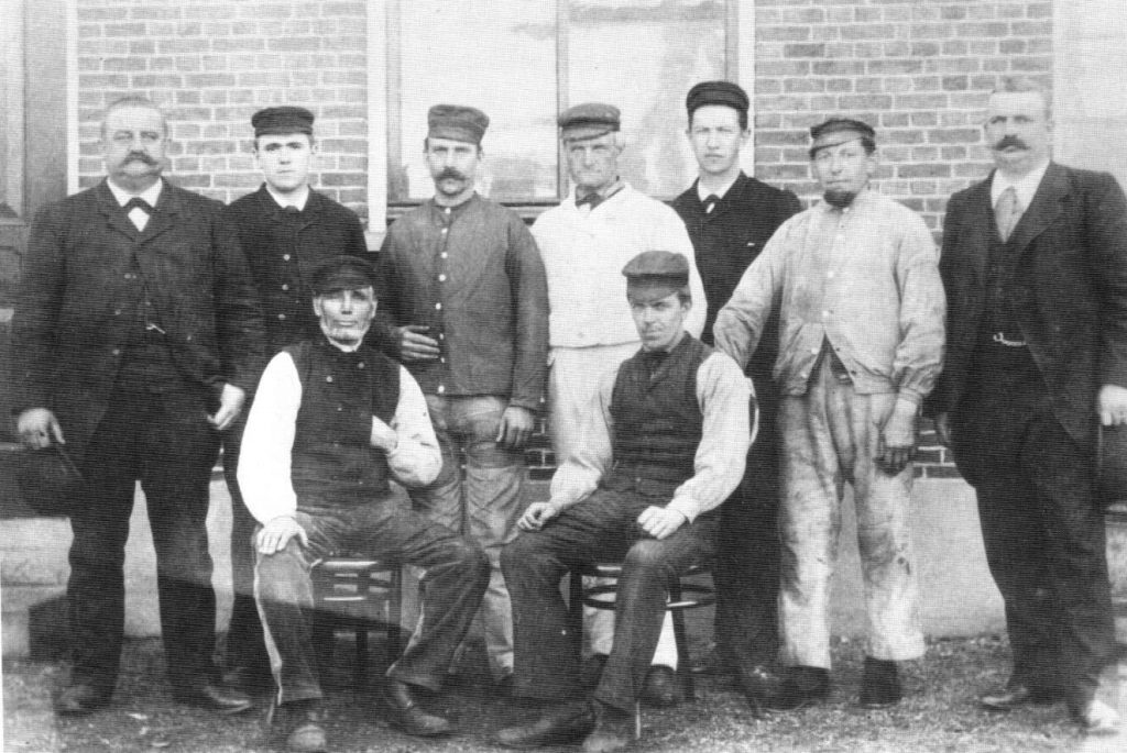 Afb. MC en PC Boele met hun voormannen, rond 1896
